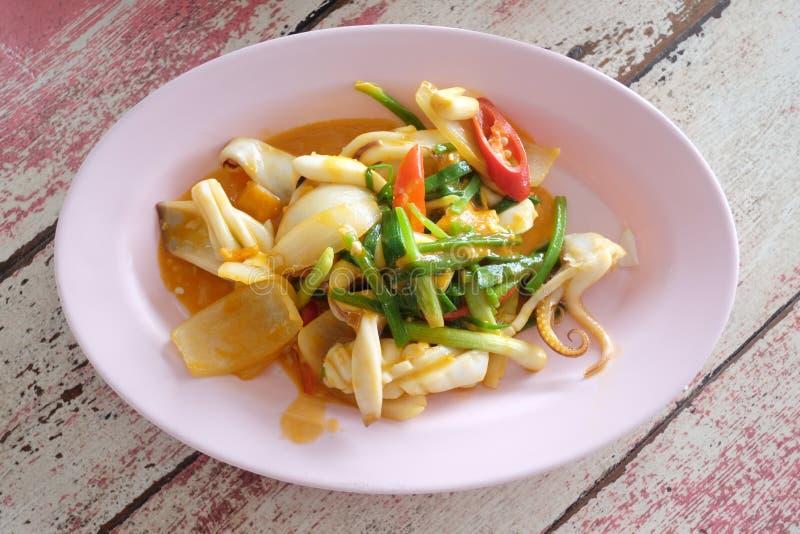 Fried Squid com o ovo salgado de alimentos tailandeses fotografia de stock royalty free