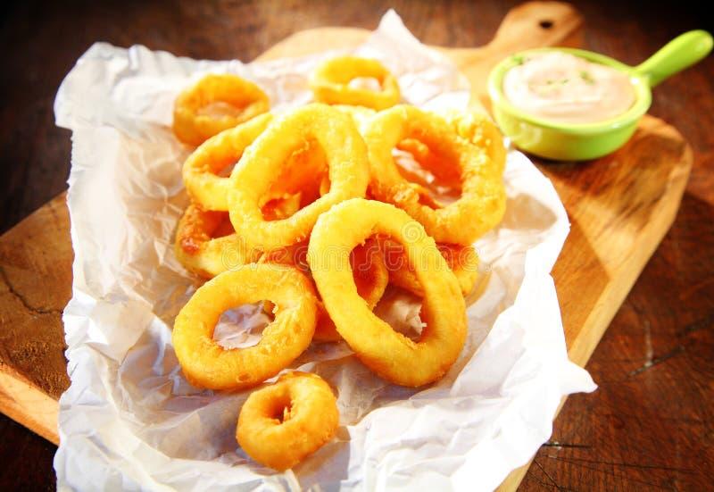 Fried Squid Rings con la salsa de crema agria fotos de archivo