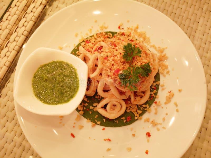 Fried Squids mit Knoblauch-und Meeresfrüchte-Soße stockfotos