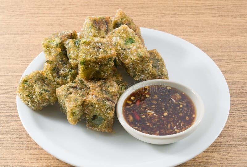 Fried Steamed Garlic Chives Dumpling sirvió con la salsa de soja fotografía de archivo libre de regalías