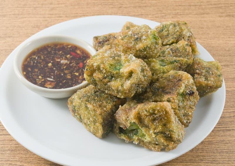 Fried Steamed Garlic Chives Dumpling sirvió con la salsa de soja fotos de archivo libres de regalías