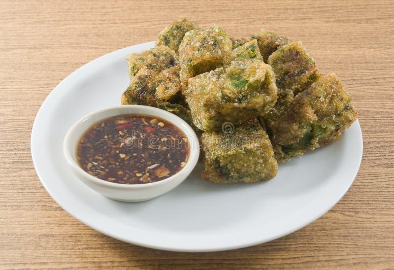 Fried Steamed Garlic Chives Dumpling sirvió con la salsa de soja fotografía de archivo