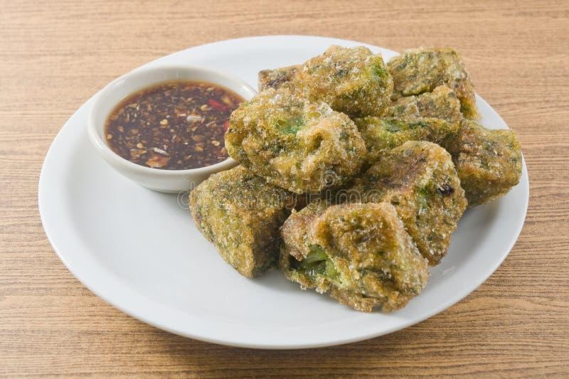 Fried Steamed Garlic Chives Dumpling sirvió con la salsa de soja picante imagen de archivo libre de regalías