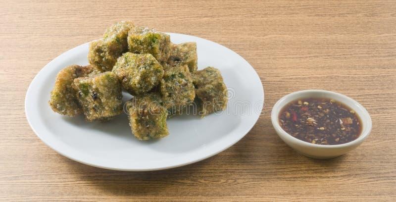 Fried Steamed Garlic Chives Dumpling sirvió con la salsa de soja picante imágenes de archivo libres de regalías