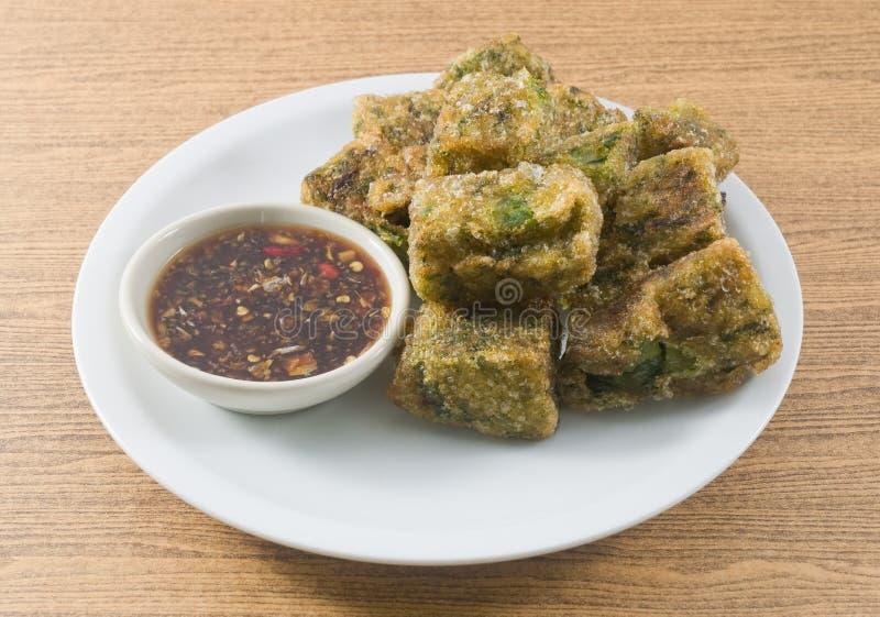 Fried Steamed Garlic Chives Dumpling sirvió con la salsa de soja picante fotografía de archivo