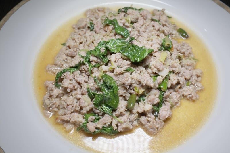 Fried Stir Basil med finhackat griskött arkivbild