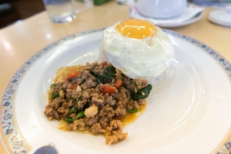 Fried Stir Basil Minced griskött, ris och stekt ägg royaltyfria foton