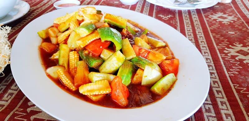 Fried Stir Sweet och sur sås med den nya grönsaken för skivor i den vita maträtten arkivbilder