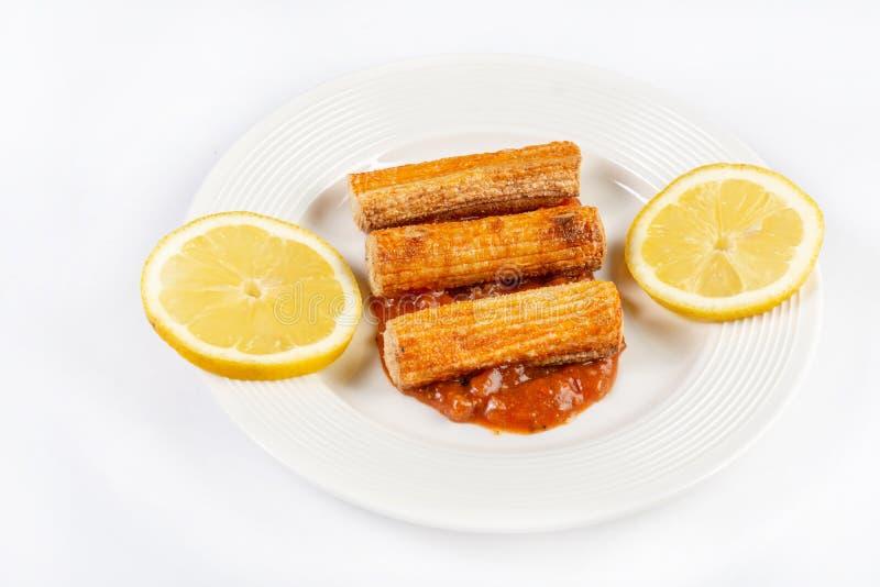 Fried Surimi Sticks With Lemons du plat blanc image stock