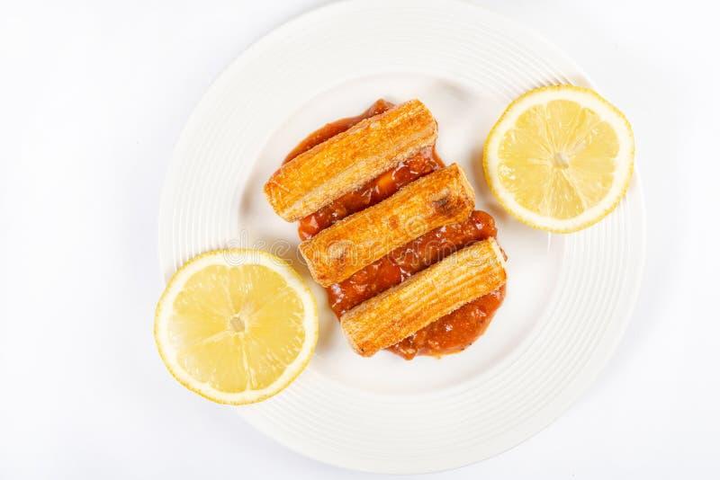 Fried Surimi Sticks With Lemons du plat blanc images stock