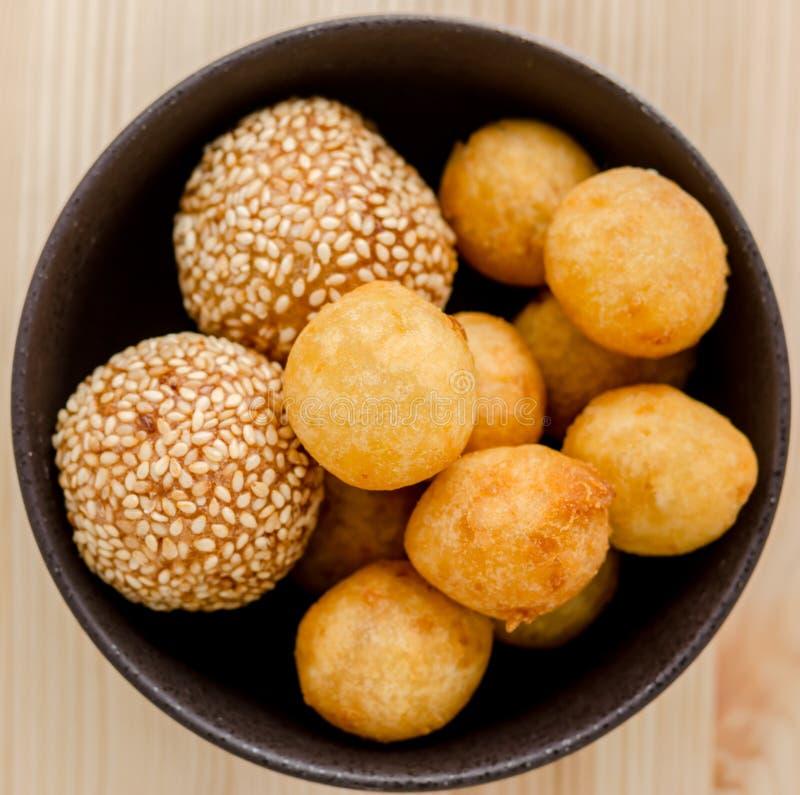 Fried Sweet Potato Balls profond dans la cuvette noire sur la table en bois photo stock