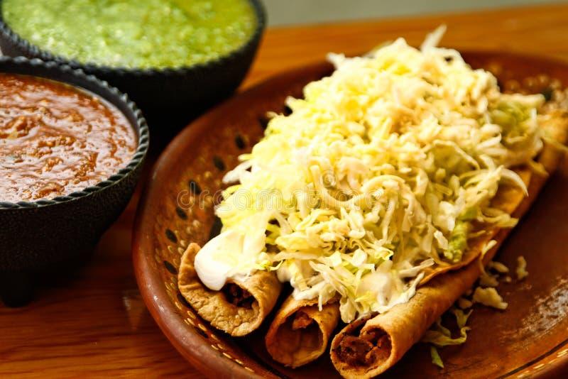 Fried Tacos curruscante con las salsas fotografía de archivo libre de regalías
