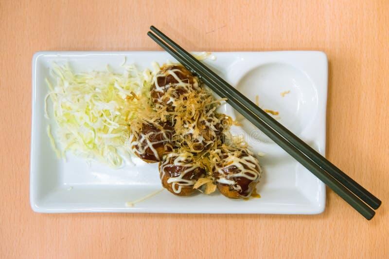 Fried Takoyaki klumpa ihop sig klimpen - japansk mat royaltyfri foto