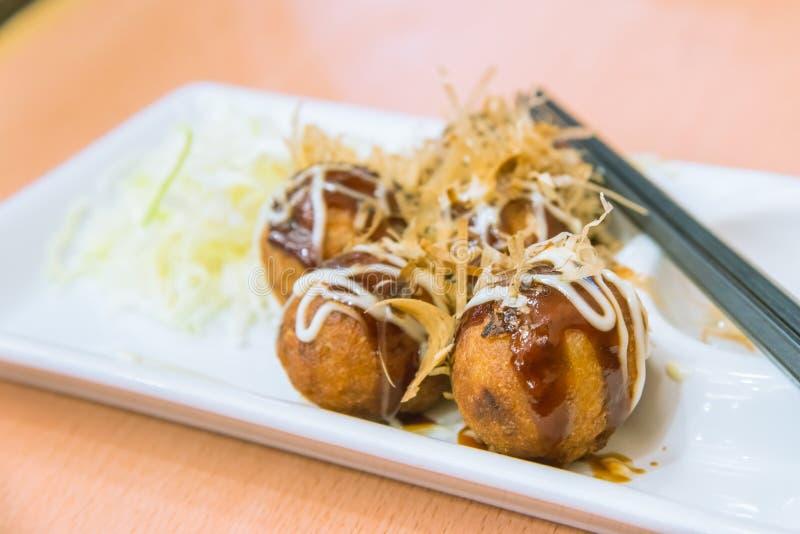 Fried Takoyaki klumpa ihop sig klimpen - japansk mat royaltyfria bilder
