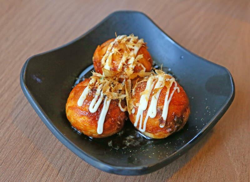 Fried Takoyaki klumpa ihop sig klimpen - japansk mat fotografering för bildbyråer