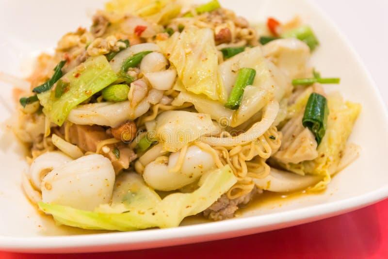 Fried Thai Mama Instant Noodles, tallarines picantes imágenes de archivo libres de regalías