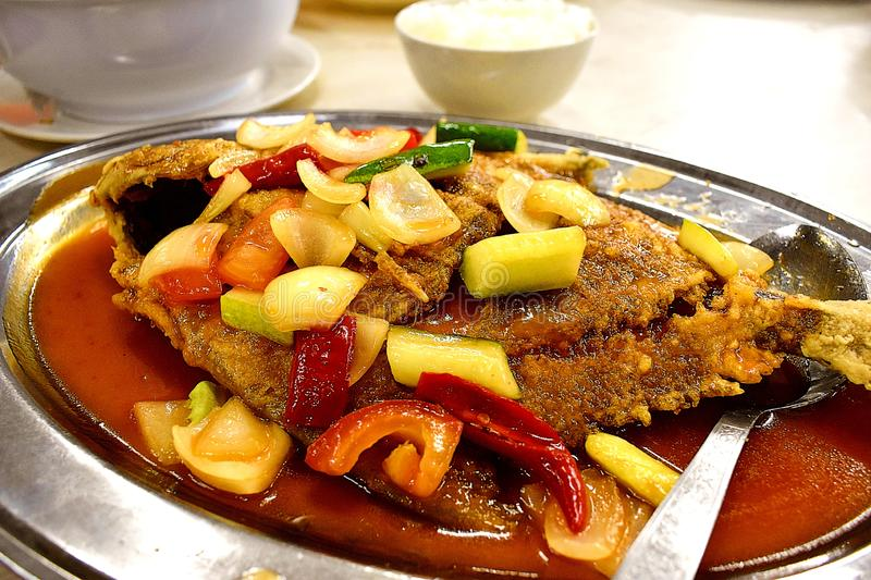 Fried Tilapia Fish Cooked With Chili Sauce And Vegetables royaltyfri foto