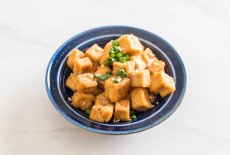 Fried Tofu en un cuenco con s?samo fotos de archivo libres de regalías