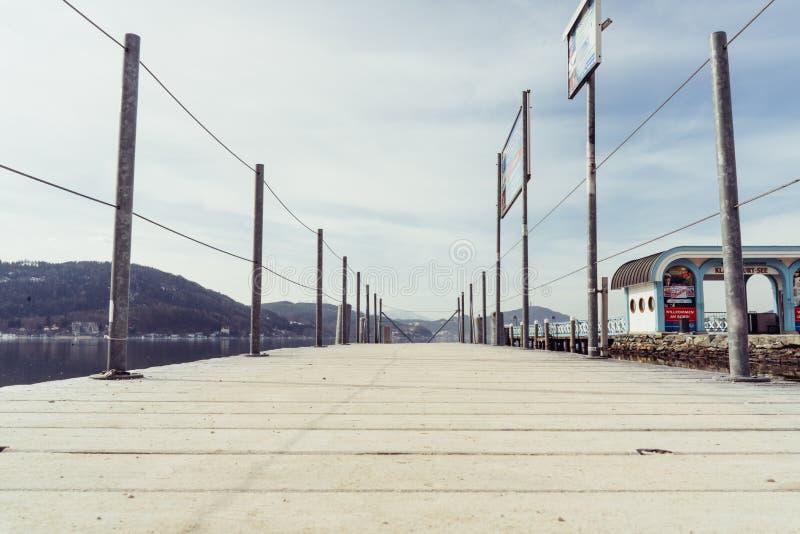 Friedelstrand, południowy brzeg Wörthersee, Klagenfurt, Carinthia Austria, Luty, - 20, 2019: Molo Wörthersee-Schifffahrt, fotografia stock