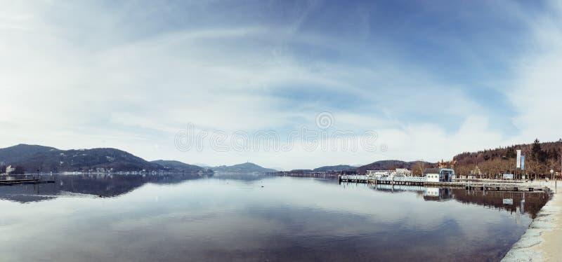 Friedelstrand, południowy brzeg Wörthersee, Klagenfurt, Carinthia Austria, Luty, - 20, 2019: Widok nad Wörthersee w kierunku obraz stock
