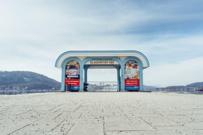 Friedelstrand, Südufer Wörthersee, Klagenfurt, Kärnten, Österreich - 20. Februar 2019: Eingangstor zum Pier des Wö stockbilder
