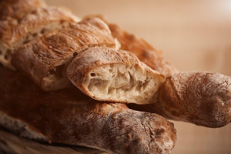 Frieden von lavash und wenig Baguet des Brotes im warmem Tonen auf der Küche Unscharfer Hintergrund stockfotografie