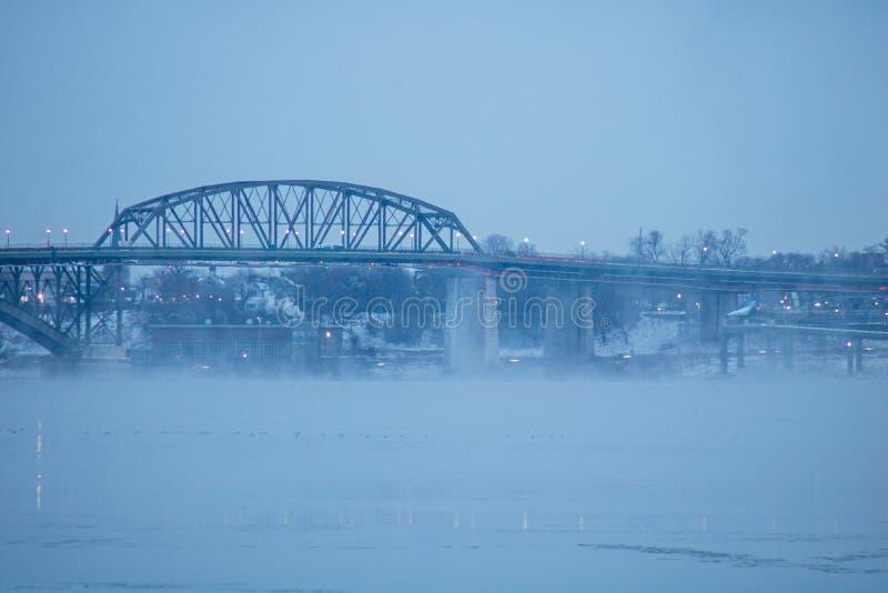 Friedensbrücke eingehüllt in früher Morgen-Nebel stockfotografie