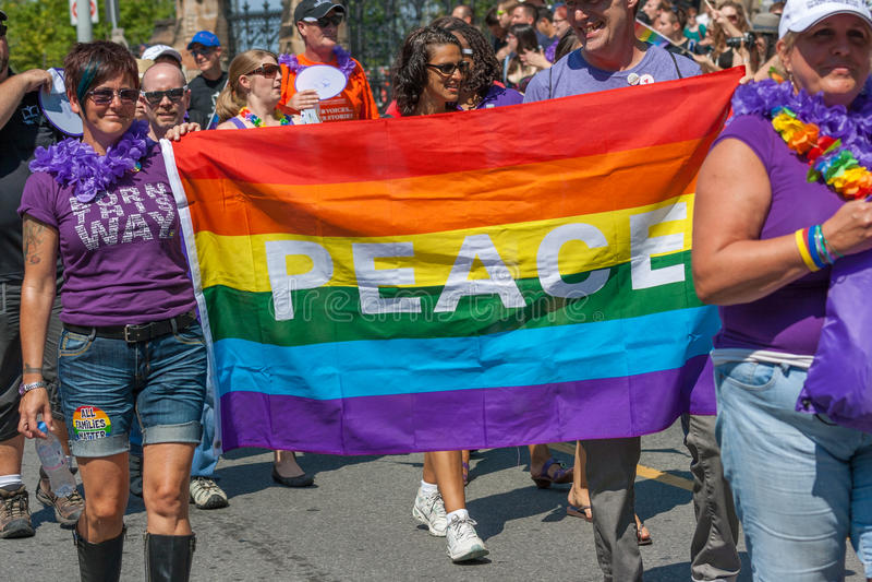 Friedensflagge in Pride Parade lizenzfreies stockfoto