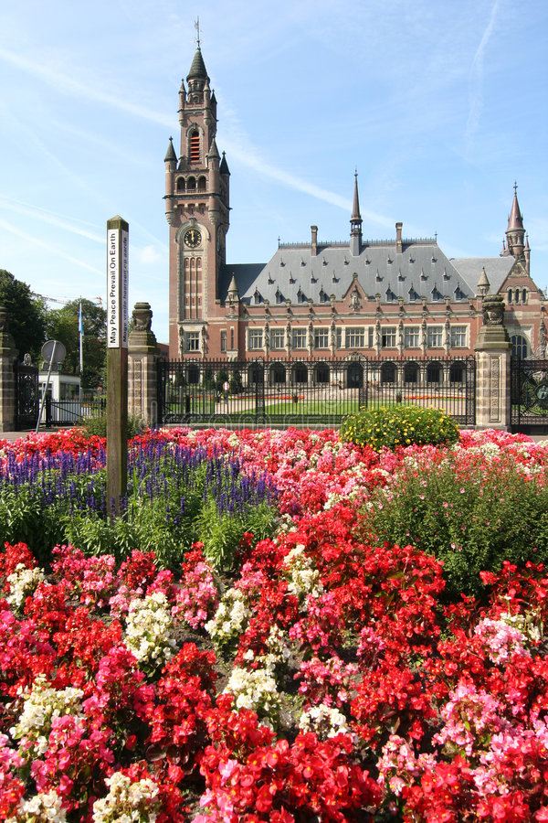 Friedenspalast mit Blumen stockfotos