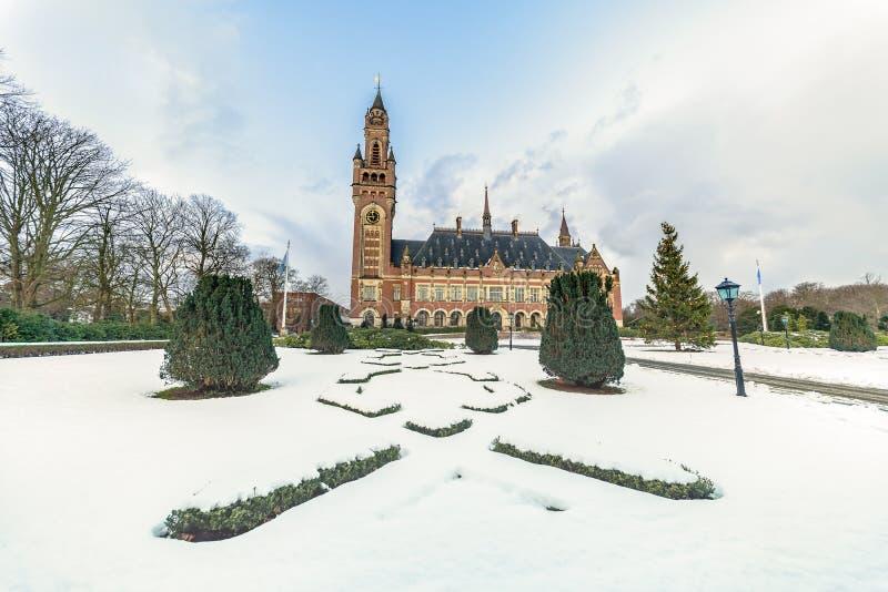 Friedenspalast, Vredespaleis, unter dem Schnee lizenzfreie stockfotos