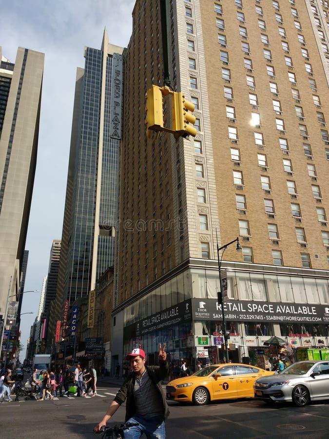 Friedenszeichen Photobomb, Fahrrad-Reiter, NYC, NY, USA lizenzfreies stockfoto