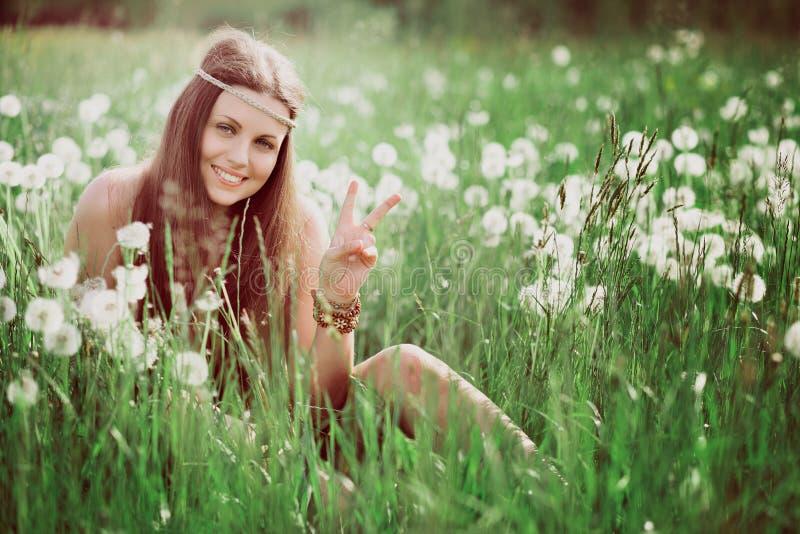 Friedenszeichen von lächelnder freier Hippie lizenzfreies stockbild