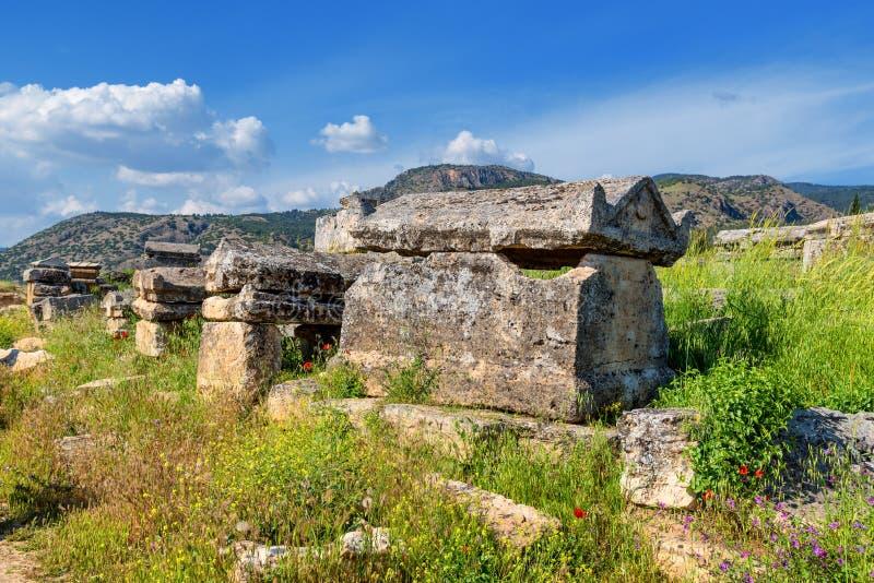 Friedhof, alter Hierapolis-Kirchhof, Pamukkale, die Türkei Apfelbaum, Sonne, Blumen, Wolken, Wiese? lizenzfreie stockbilder