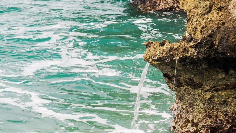 Friedlich flüssiges Wasser auf einem Felsen lizenzfreie stockfotos