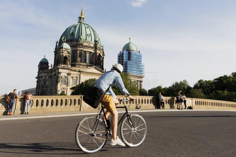 Friedrichsbrucke bro och domkyrka av Berlin royaltyfria bilder