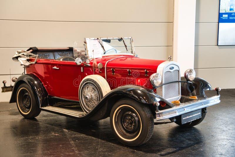 FRIEDRICHSHAFEN - EM MAIO DE 2019: FORD vermelho MODELA uma barata 1930 do cabrio em clássicos Bodensee de Motorworld o 11 de mai fotos de stock royalty free