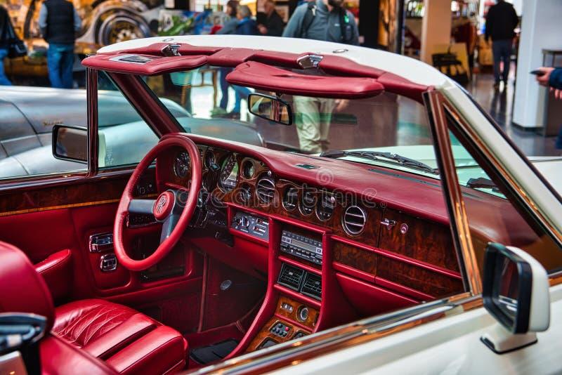 FRIEDRICHSHAFEN - EM MAIO DE 2019: interior vermelho no cabrio 1986 branco de ROLLS ROYCE CORNICHE em clássicos Bodensee de Motor fotos de stock royalty free