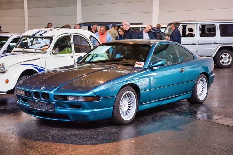 FRIEDRICHSHAFEN - MAI 2019: blaues BMW 8 Coupé 1990 840 Ci E31 an Motorworld-Klassikern Bodensee am 11. Mai 2019 in Friedrichshaf stockfotografie
