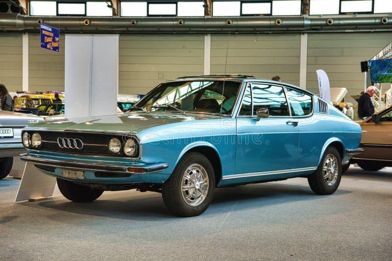 FRIEDRICHSHAFEN - MAI 2019: blaues Coupé S C1 F104 1970 AUDIS 100 an Motorworld-Klassikern Bodensee am 11. Mai 2019 in Friedrichs stockbilder