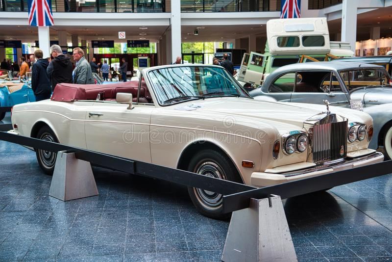 FRIEDRICHSHAFEN - MAI 2019 : cabrio 1986 blanc de ROLLS ROYCE CORNICHE aux classiques Bodensee de Motorworld le 11 mai 2019 dedan image libre de droits