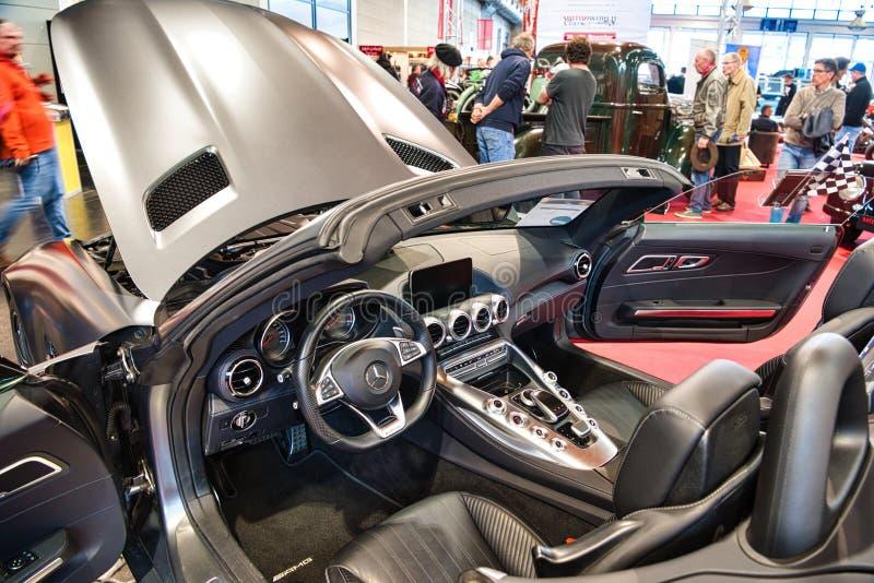 FRIEDRICHSHAFEN - MAI 2019: Innenraum silbernen Kohlenstoff MERCEDES-AMG GT C190 R190 cabrio 2014 an Motorworld-Klassikern Bodens lizenzfreie stockfotografie