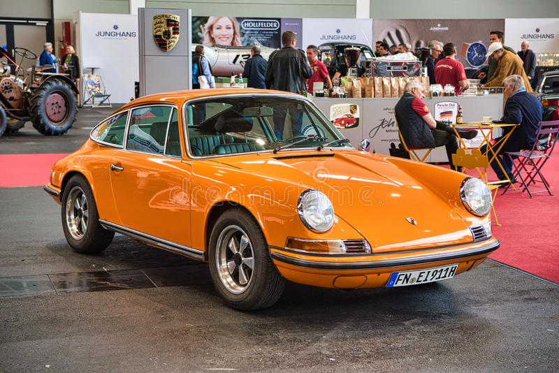FRIEDRICHSHAFEN - MAI 2019: orange PORSCHE 911 930 964 CARRERA 4 1977 cabrio an Motorworld-Klassikern Bodensee am 11. Mai 2019 he stockfoto