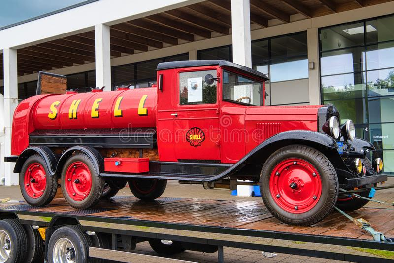 FRIEDRICHSHAFEN - MAI 2019: roter FORD-MODELL-AA SHELL-Öl-LKW 1927 an Motorworld-Klassikern Bodensee am 11. Mai 2019 herein lizenzfreie stockfotos