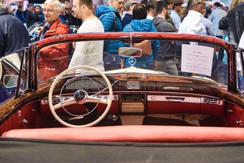 FRIEDRICHSHAFEN - MAI 2019: rotes Innen-cabrio 1957 MERCEDES-BENZS 220 S PONTON W187 an Motorworld-Klassikern Bodensee am 11. Mai lizenzfreie stockfotografie