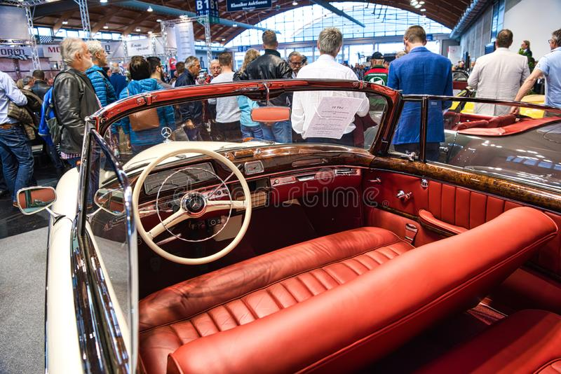 FRIEDRICHSHAFEN - MAI 2019: rotes Innen-cabrio 1957 MERCEDES-BENZS 220 S PONTON W187 an Motorworld-Klassikern Bodensee am 11. Mai stockfotografie