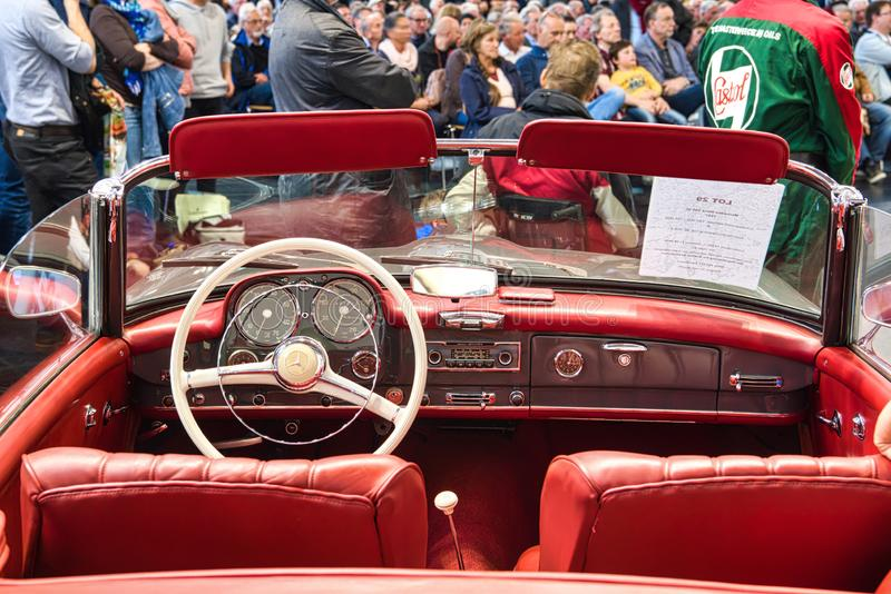 FRIEDRICHSHAFEN - MAI 2019: rotes Innen-cabrio 1957 MERCEDES-BENZS 220 S PONTON W187 an Motorworld-Klassikern Bodensee am 11. Mai lizenzfreie stockbilder