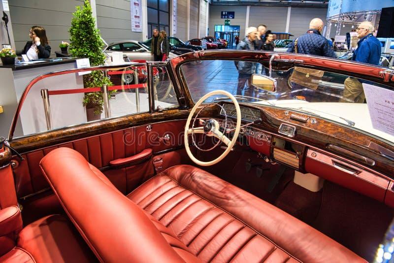 FRIEDRICHSHAFEN - MAI 2019: rotes Innen-cabrio 1957 MERCEDES-BENZS 220 S PONTON W187 an Motorworld-Klassikern Bodensee am 11. Mai stockbild