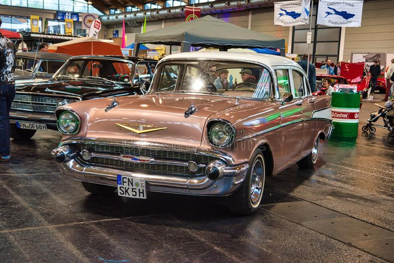 FRIEDRICHSHAFEN - MAI 2019: Sandbraun CHEVROLET-BEL AIR-Limousine 1957 an Motorworld-Klassikern Bodensee am 11. Mai 2019 herein lizenzfreies stockfoto