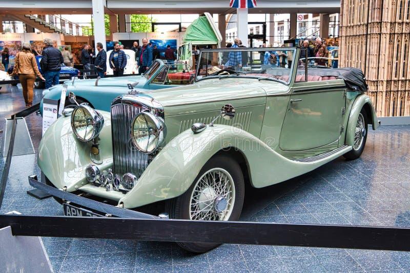 FRIEDRICHSHAFEN, MAJ - 2019: beżowa BENTLEY derby TOURER cabrio 1937 terenówka przy Motorworld klasykami Bodensee na Maju 11, 201 fotografia royalty free