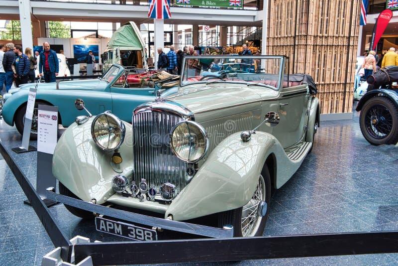 FRIEDRICHSHAFEN, MAJ - 2019: beżowa BENTLEY derby TOURER cabrio 1937 terenówka przy Motorworld klasykami Bodensee na Maju 11, 201 obrazy royalty free